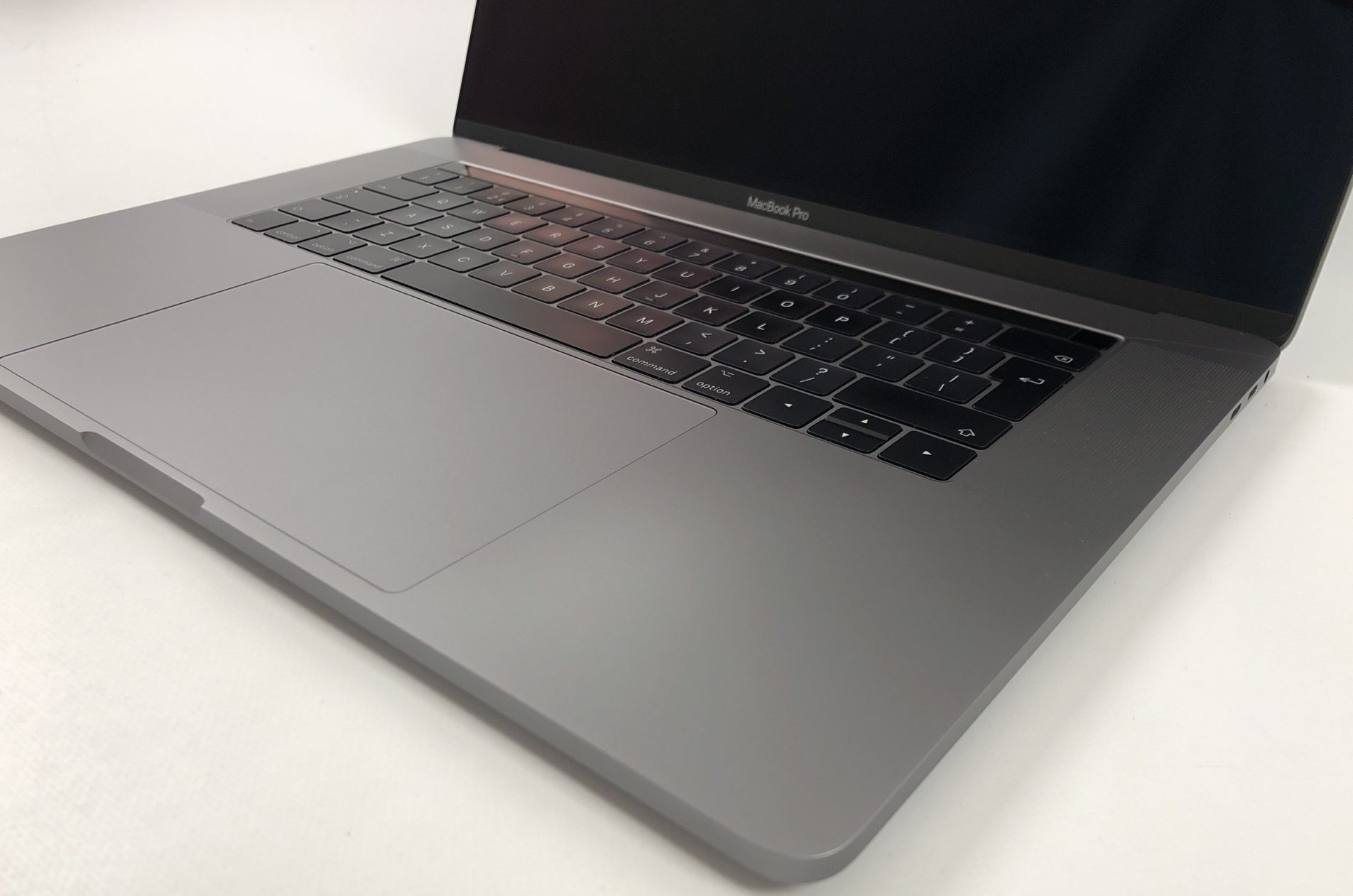 "MacBook Pro 15"" Touch Bar Late 2016 (Intel Quad-Core i7 2.7 GHz 16 GB RAM 512 GB SSD), Space Gray, Intel Quad-Core i7 2.7 GHz, 16 GB RAM, 512 GB SSD, image 3"