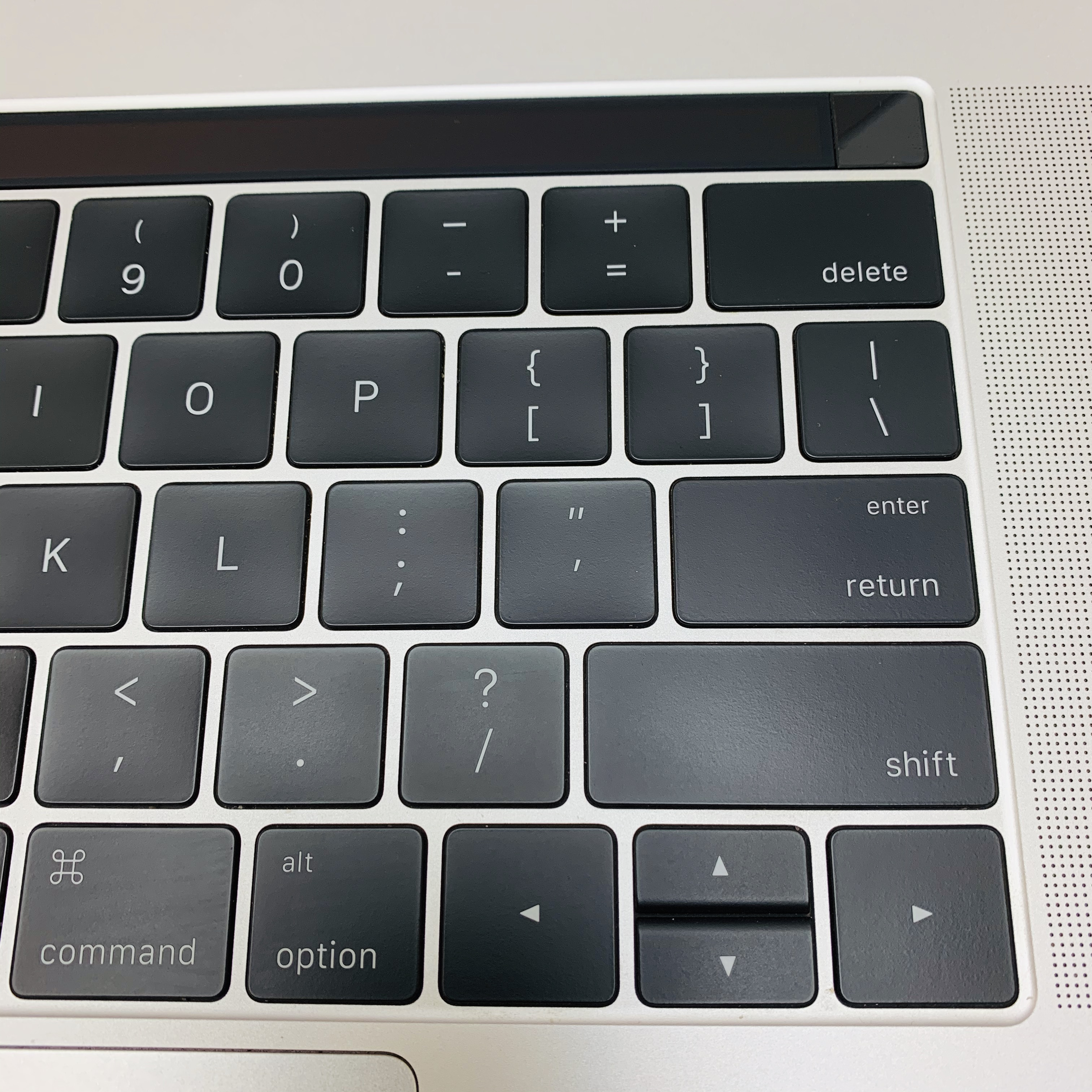 "MacBook Pro 15"" Touch Bar Late 2016 (Intel Quad-Core i7 2.7 GHz 16 GB RAM 512 GB SSD), Silver, Intel Quad-Core i7 2.7 GHz, 16 GB RAM, 512 GB SSD, image 3"